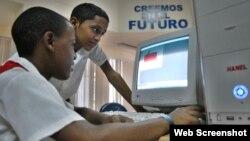 Estudiantes en un Joven Club de Computación.