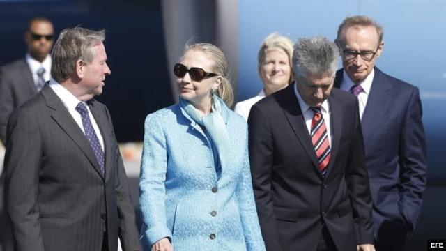 La secretaria de Estado de EE.UU., Hillary Clinton (c), conversa con el Premier de Australia Occidental, Colin Barnett (i), al llegar al aeropuerto internacional de Perth (Australia).