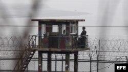 Surcoreanos vigilan en un puesto de centinela en la Zona Desmilitarizada, situada en la frontera con Corea del Norte,