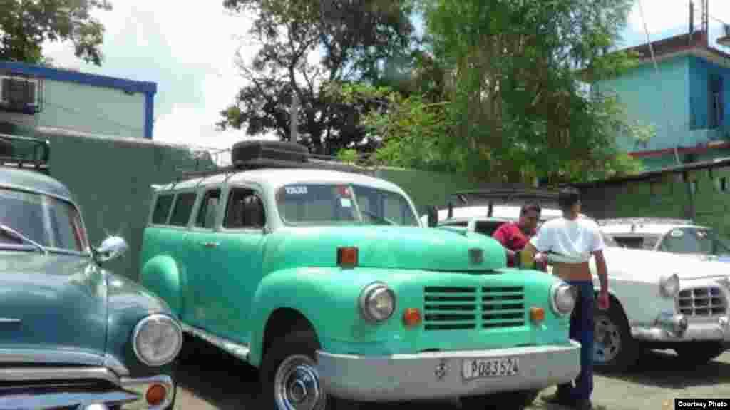 Junto a la camioneta Lincoln se observan otras, a la espara de pasajeros en una terminal en Bayamo, Granma, Cuba. Foto cortesía de Yoandri Montoya.