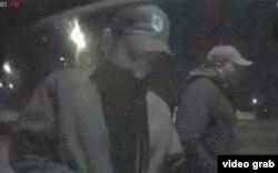 Captados en cámara: los delincuentes cubanos Juan Mesa Díaz (i) y Orlando Nazario en uno de los videos de vigilancia revisados por la policía de Green Bay, Wisconsin.