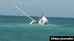 Reporta Cuba. Velero hundido. Foto tomada a mediodía del 6 de abril, por Ángel I. Esteva.