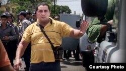 Un represor acosa a disidentes cubanos en #TodosMarchamos.