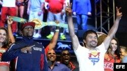 Mayweather Jr. y Pacquiao posan juntos tras el pesaje.