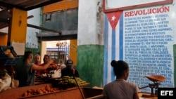 Cubanos compran alimentos en un mercado agropecuario.