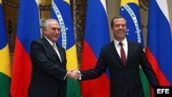 Dimitri Medvédev, estrecha la mano del vicepresidente brasileño, Michel Temer, durante su reunión en Moscú (Rusia), hoy, 16 de septiembre de 2015.