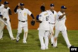 Jugadores de Los Navegantes del Magallanes de Venezuela, celebran su victoria ante Villa Clara, Cuba.