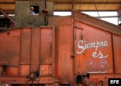 Una obrera trabaja en la central de caña de azúcar