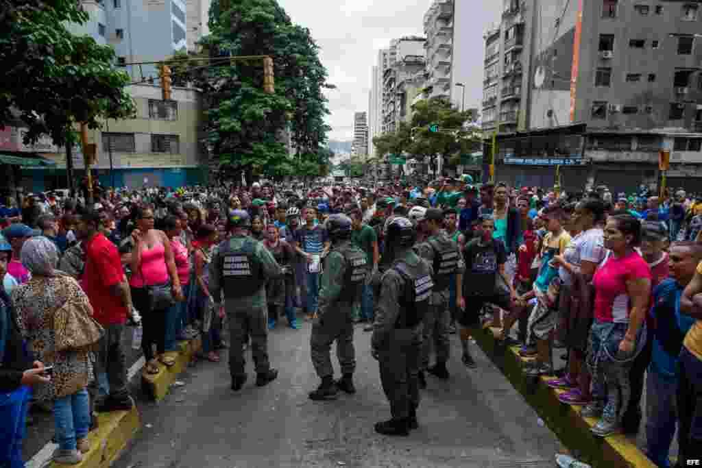 Miembros de la Guardia Nacional Bolivariana (GNB) custodian las calles durante una protesta hoy, jueves 2 de junio del 2016, en el centro de la ciudad de Caracas (Venezuela).