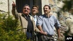 El general Raúl Castro, su nieto Raúl Guillermo centro y su hijo Alejandro Castro, en Lancara, Galicia.