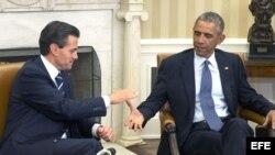 Enrique Peña Nieto saluda a su homólogo estadounidense Barack Obama durante la reunión que han mantenido en la Casa Blanca.