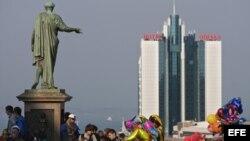Habitantes se reúnen alrededor del monumento del Duque de Richelieu en Odesa (Ucrania).