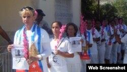 Dama de Blanco Rosa Escalona al frente de una marcha en Holguín.
