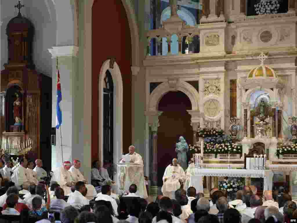 El papa Francisco (c) oficia una misa hoy, martes 22 de septiembre de 2015, en la Basílica Menor del Santuario de Nuestra Señora de la Caridad del Cobre en Santiago (Cuba).