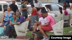 Usuarios conectados a la señal de Wi-Fi en el parque Mónaco, en La Habana. Foto: Anddy Sierra.