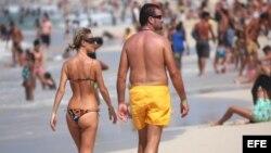 Miles de personas, muchas de ellas turistas extranjeros, disfrutan de un día de mar en las playas del este de La Habana (Cuba).