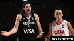 El jugador Luis Scola (i) de Argentina reclama una falta ante Cuba.