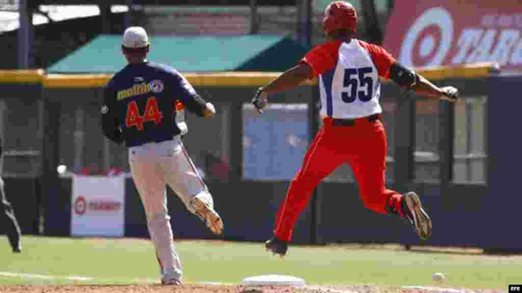 El pelotero cubano Alexander Malleta llega a primera base