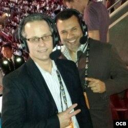 Juan Pendás (izq) y Víctor Fabián González, los narradores de la Gran Final de la NBA por Radio Martí.
