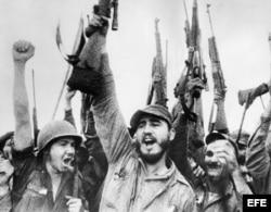 Fidel Castro (c) celebra la victoria del movimiento revolucionario sobre el régimen de Fulgencio Batista. A su lado (i), su hermano Raúl Castro.