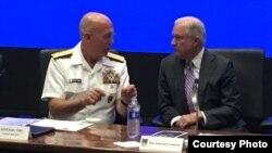 El fiscal general de EEUU, Jeff Sessions (i), participa en la Cumbre sobre los Opioides, que se desarrolla en Miami.