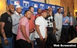 Delegación de Grandes Ligas posa para la prensa en el Salón Vedado del Hotel Nacional en La Habana, Cuba.