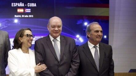 El ministro cubano Rodrigo Malmierca (c) oferta oportunidades de negocios a empresarios españoles.