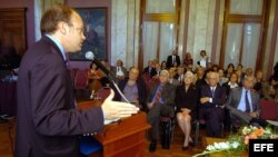 El diputado chileno del Partido Demócrata Cristiano, Patricio Walker (izda), durante el Foro Libertad y Democracia en América Latina, en el Palacio Legislativo de Montevideo, Uruguay. EFE/Iván Franco