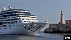El buque Adonia de la compañía Fathom, filial de la empresa Carnival, a su llegada el lunes, 2 de mayo de 2016, a La Habana (Cuba).