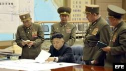 El gobernante norcoreano Kim Jong Un se reúne con oficiales para ordenar que esté listo el arsenal de cohetes. (Foto: Archivo)