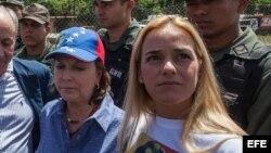 Mitzi Capriles, esposa del alcalde mayor de Caracas, Antonio Ledezma, y Lilian Tintori, esposa del dirigente opositor Leopoldo Lopez.