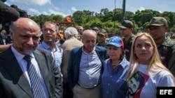El senador uruguayo Pablo Nieres; los senadores españoles Ander Gil y Dionisio Garcia; Mitzi Capriles, esposa del alcalde mayor de Caracas Antonio Ledezma; y Lilian Tintori, esposa del dirigente opositor Leopoldo López (i-d).