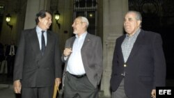 En esta foto histórica los opositores Oswaldo Payá, Vladimiro Roca Antúnez y Elizardo Sánchez salen de un encuentro en la embajada española.