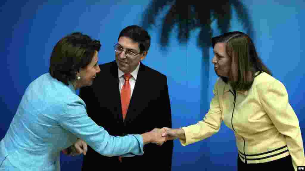 - El canciller cubano, Bruno Rodríguez (c), la líder de la minoría demócrata en la Cámara de Representantes de Estados Unidos, Nancy Pelosi (i), quien encabeza una delegación de congresistas de visita oficial.
