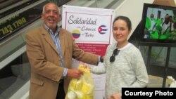 El cineasta Roberto Trobajo Hernández recibiendo donaciones de la población colombiana.