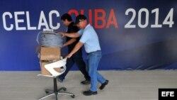 Varios trabajadores participan, hoy jueves 30 de enero del 2014, en el desmontaje de los diferentes locales donde se desarrollo la II Cumbre de la Comunidad de Estados Latinoamericanos y Caribeños (Celac).,