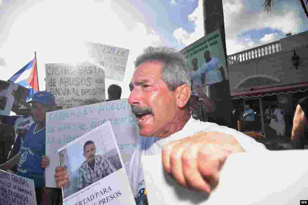 El cubano Eduardo Prieto grita consignas durante una vigilia realizada hoy, miércoles 27 de julio 2016, frente al Restaurante Versailles en Miami, Florida.