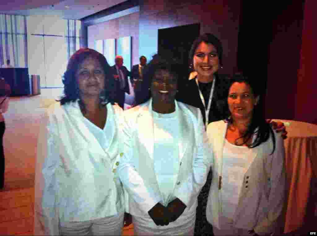Berta Soler, al centro, posa entre dos Damas de Blanco, con la periodista Vanessa Ruiz al fondo.