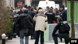 """La policía bloquea las calles próximas a las oficinas del semanario satírico francés """"Charlie Hebdo"""" tras ataque terrorista."""
