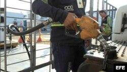 Un hombre llena el tanque de gasolina en época de escasez por la crisis en la frontera