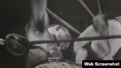 """Benny """"Kid"""" Paret, derumbado en el ring, camino a la muerte el 24 de marzo de 1962 en el Madison Square Garden."""