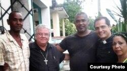 Ismael Bori Reñí (izq.), Padre José Conrado, ex preso político Ángel Moya, padre Castor Álvarez y la dama de blanco excarcelada Aimara Nieto. (Cortesía Ángel Moya).