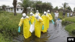 Un equipo transporta el cadáver de una víctima del ébola en Liberia.