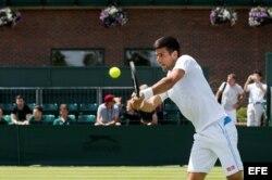 Djokovic entrena en el All England Tennis Club.