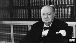 Wiston Churchill en su despacho de trabajo, a los 80 años.
