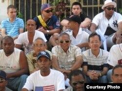 La Peña Deportiva MLB se reúne los viernes en el Parque Lennon, 17 entre 6 y 8, en El Vedado, La Habana.