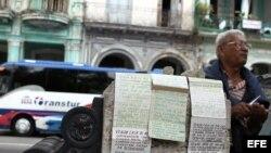 Un hombre anuncia la venta de varias viviendas en La Habana, Cuba.