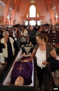 Varias personas observan el cuerpo del fallecido monseñor Carlos Manuel de Céspedes García-Menocal.