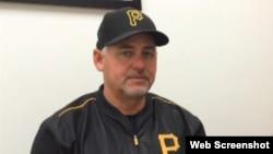 Euclides Rojas, coach cubano de pitcheo de los Piratas de Pittsburgh.