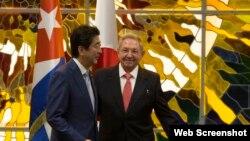 El premier japonés Shinzo Abe y el gobernante cubano Raúl Castro